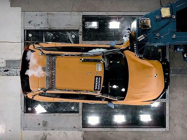 Volvo XC60 absolvovalo aj testy čelného nárazu rýchlosťou 56 km/h a rýchlosťou 64 km/h pri čelnom náraze s 25 % prekrytím.