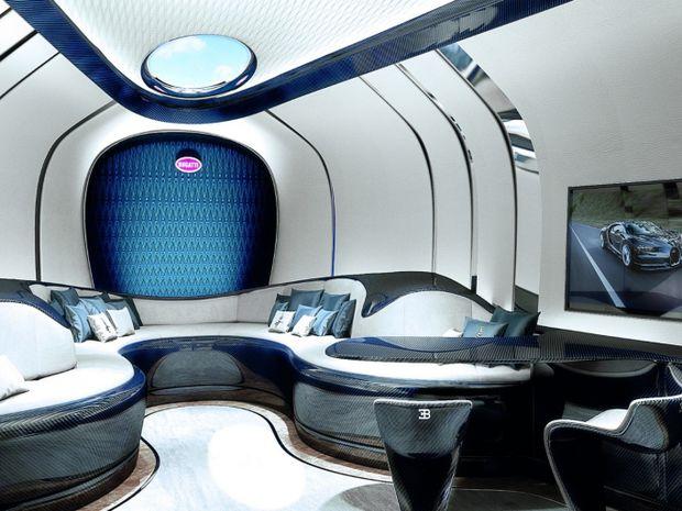 Dolná paluba hýri luxusom. Aj tu je množstvo dizajnových odkazov na Bugatti.