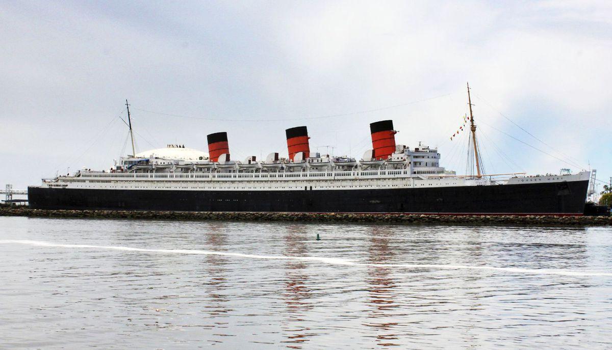 Slávna zaoceánska loď Queen Mary, ktorá trvalo kotví v prístave Long Beach pri Los Angeles.