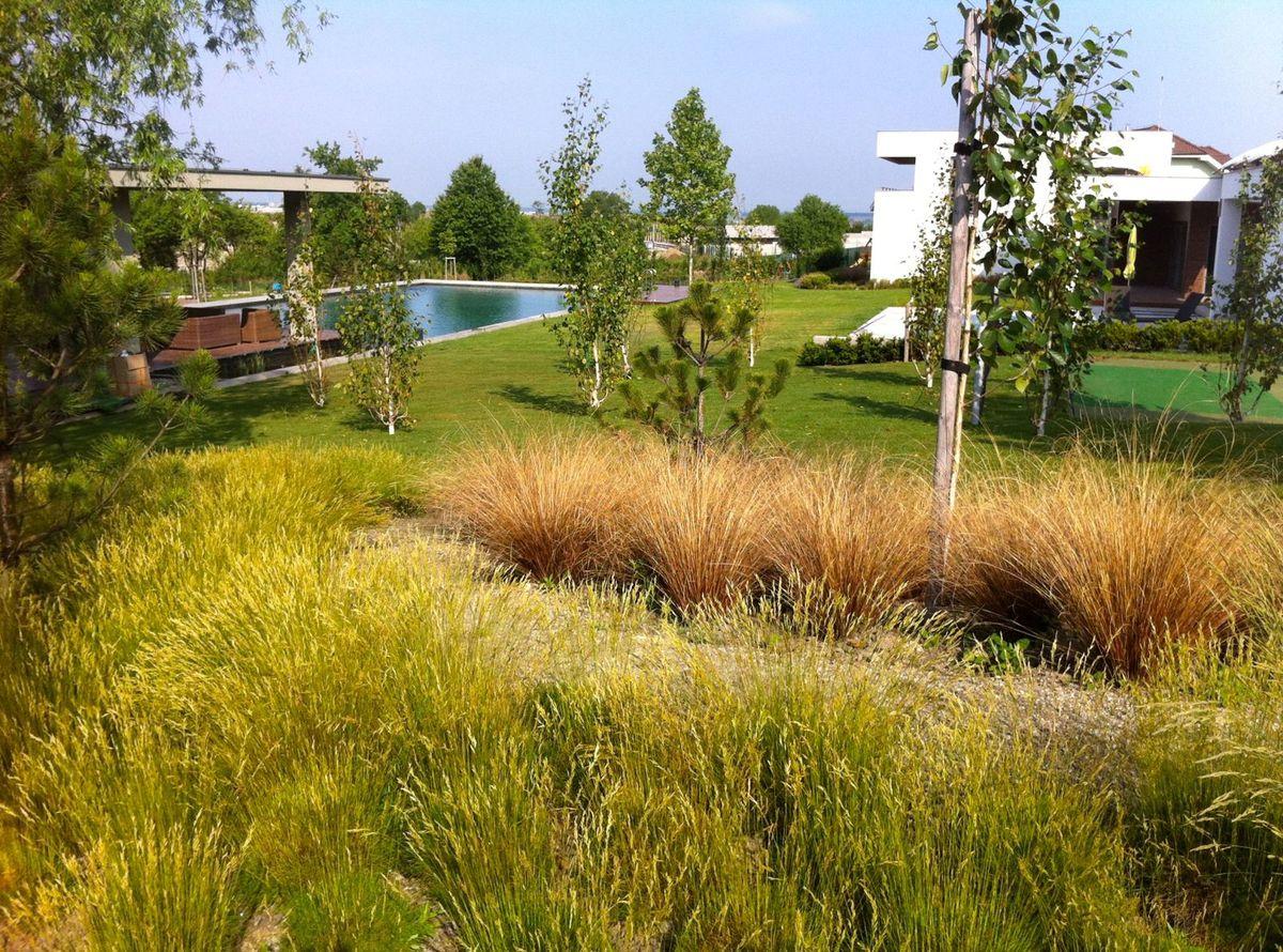 Záhradu navrhli Paseční ako oázu pôvodnej slovenskej prírody.