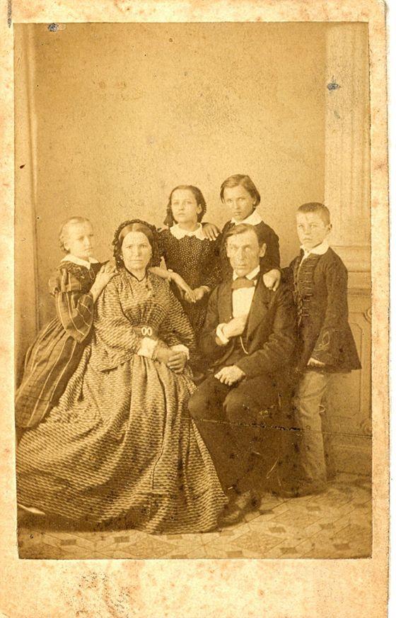Jozef Miloslav Hurban s rodinou, okolo roku 1857. Na obrázku Jozef M. Hurban, manželka Anna, rod. Jurkovičová a deti Želmíra (vyd. Lorencová), Božena (vyd. Royová), Svetozár a Vladimír.