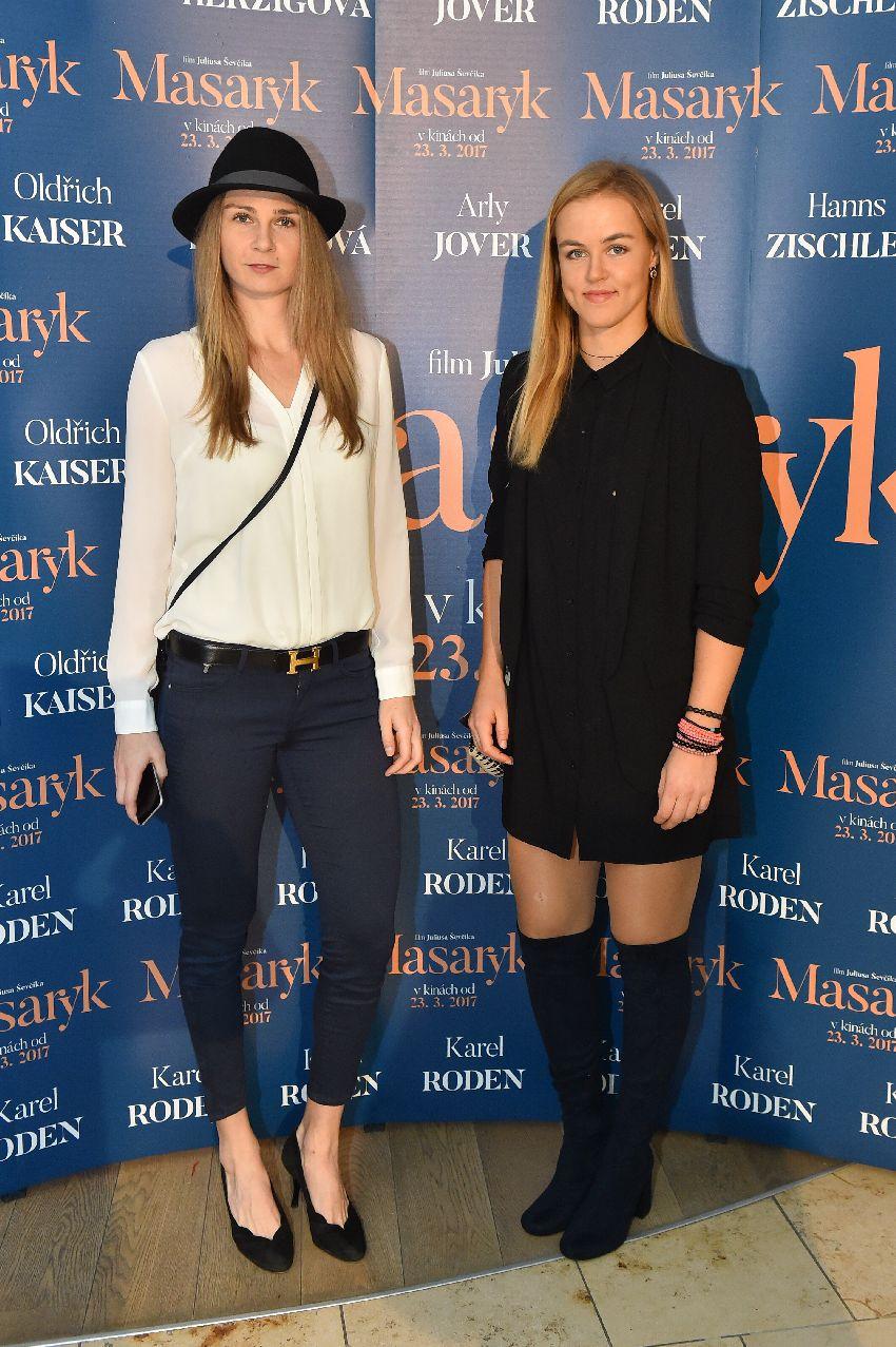 Tenistky Magdaléna Rybáriková (vľavo) a Karolína Schmiedlová na premiére filmu Masaryk.