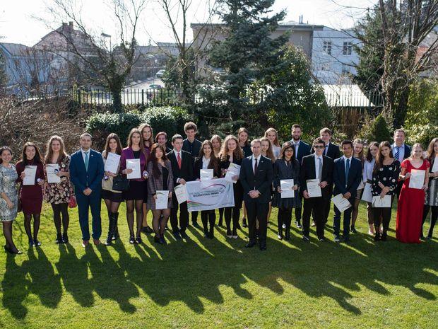 28 mladých ľudí si prevzalo Medzinárodnú cenu vojvodu z Edinburghu. Odovzdal im ich veľvyslanec Spojeného kráľovstva na Slovensku Andrew Garth (uprostred a vpredu).
