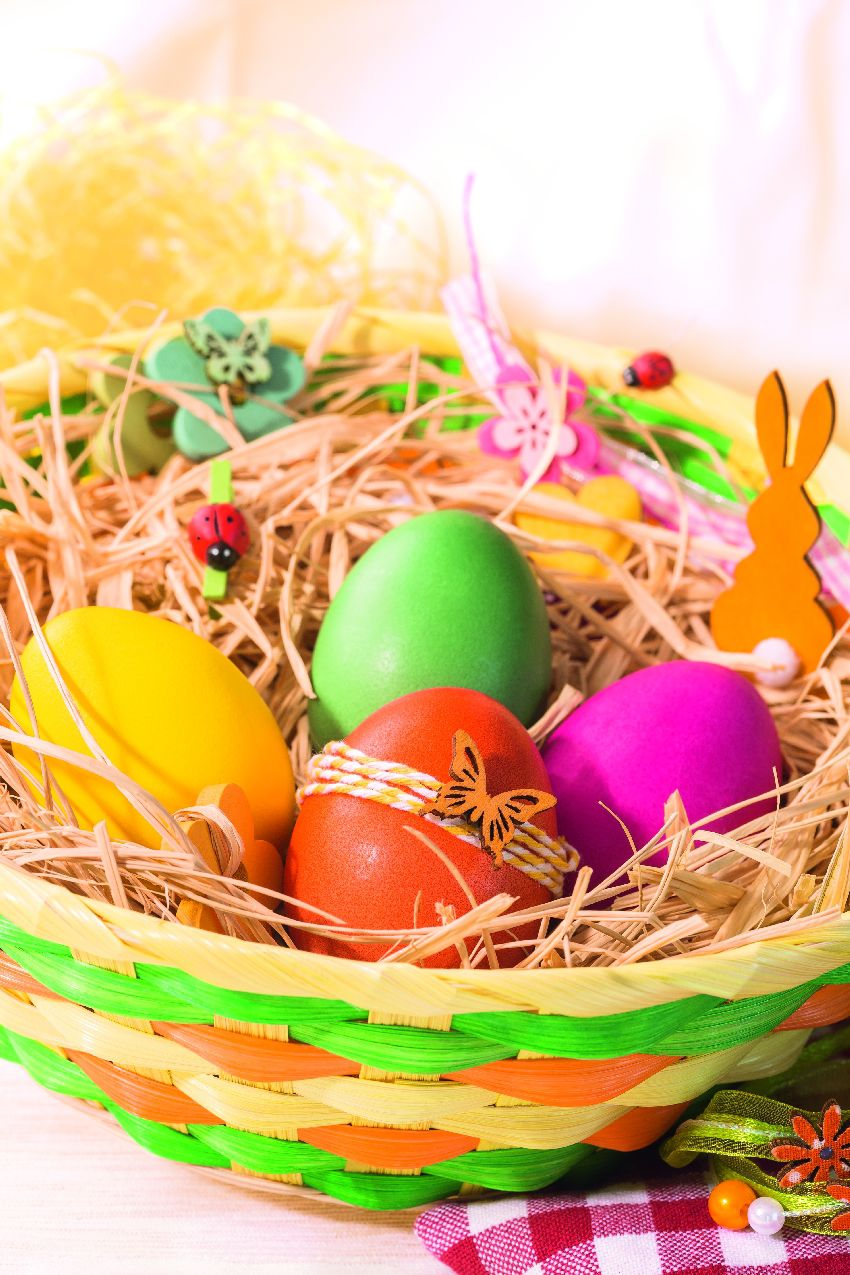 Farebný košík z prírodného materiálu pomaľovaný farbami jari. Pestrá a veselá dekorácia sviatočného stola. Lidl, od 27. marca