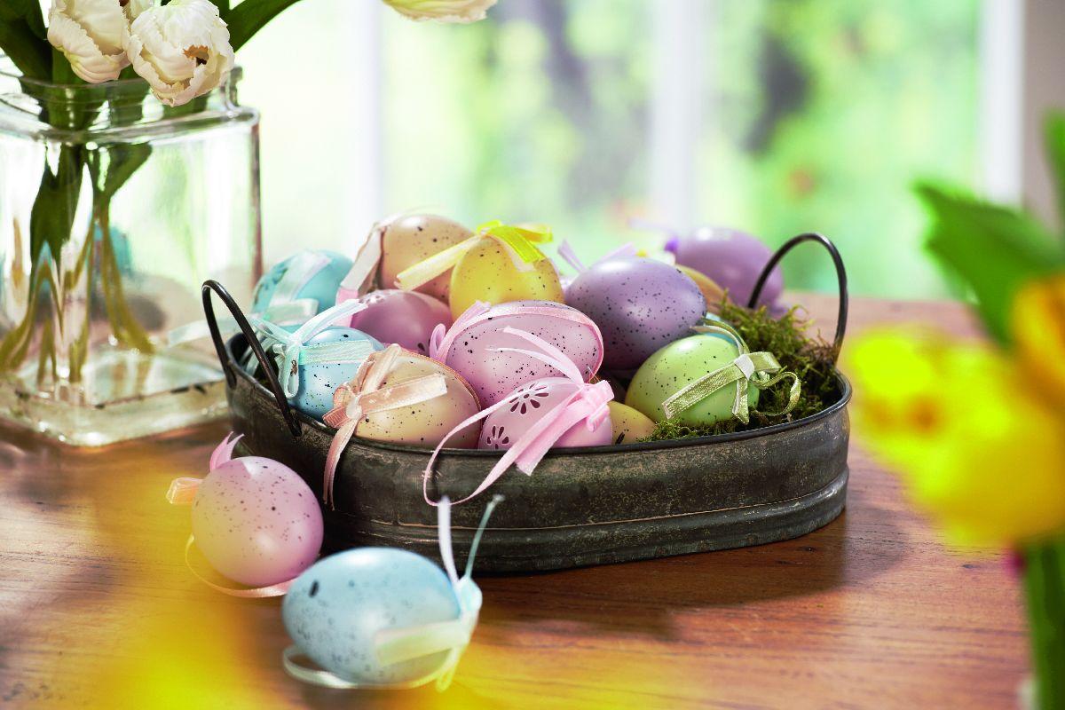 Ak krásne pomaľované vajíčka poukladáte do malého pekáčika, hostia vašu kreativitu určite ocenia. Lidl, od 27. marca