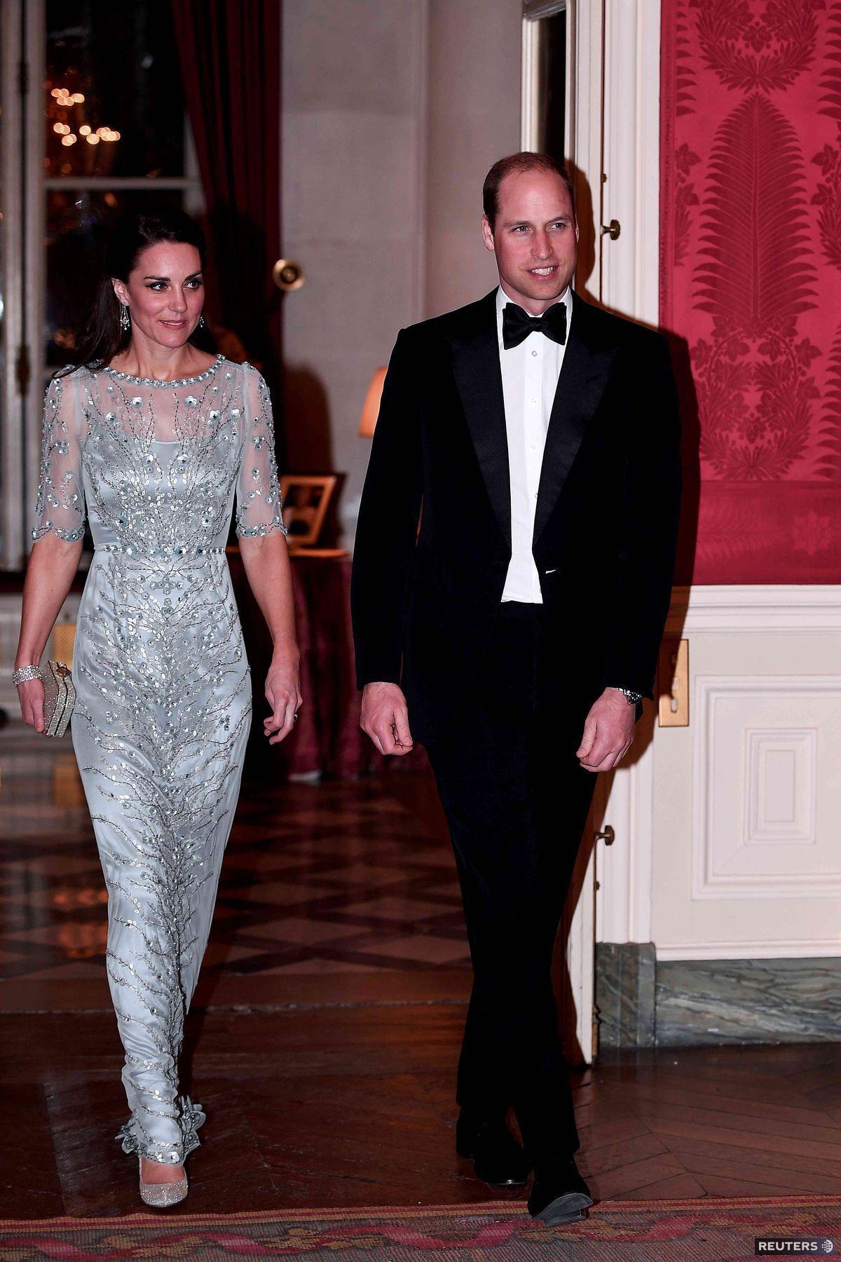 Britský kráľovský pár počas galavečera na britskom veľvyslanectve v Paríži.