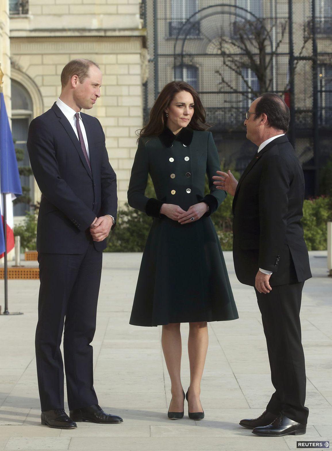 Prezident Francois Hollande v spoločnosti bristkého kráľovského páru v Paríži.