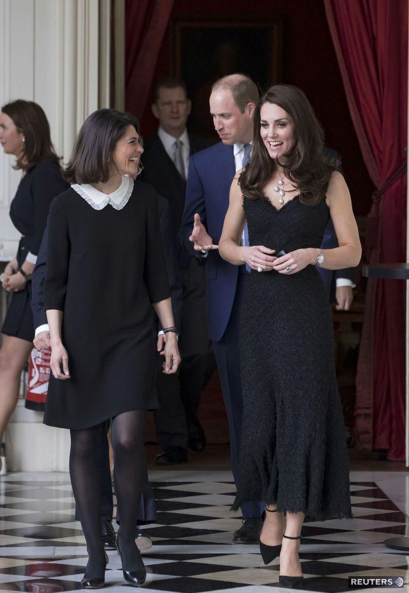 Vojvodkyňa Kate (vpravo) počas oficiálnej návštevy britského veľvyslanectva v Paríži.