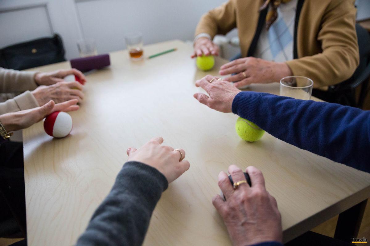 Najprv si s loptami precvičia prsty, zápästia, potom pracujú so slovnou zásobou. Aby človek mohol trénovať myseľ, musí rozhýbať telo.