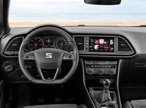 Interiér ťaží z nového 8-palcového dotykového rozhrania, ktoré zredukovalo počet mechanických ovládačov. Prístrojový panel a stredová konzola sú teraz lemované výraznou chrómovou lištou.