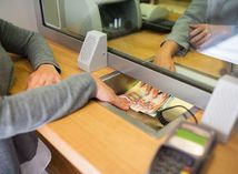 Banky dvíhajú poplatky