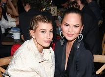 Modelka Hailey Baldwin (vľavo) a Chrissy Teigen na slávnostnej večeri.