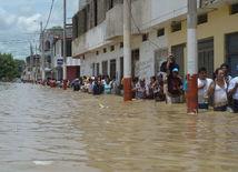 záplavy, záplava, ľudia, Peru, ulica, zaplavená ulica