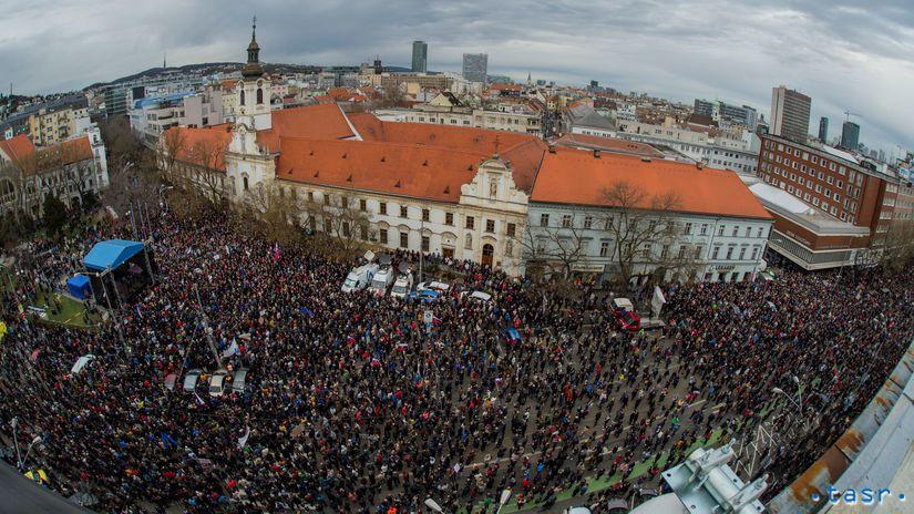 Desaťtisíce Slovákov vyšli opäť do ulíc  Vláde neveria a chcú zmeny ... 5f32bbd2146
