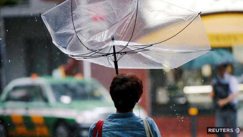 a11282775c77 K Japonsku sa priblížil silný tajfún Šan-šan  priniesol dážď a ...