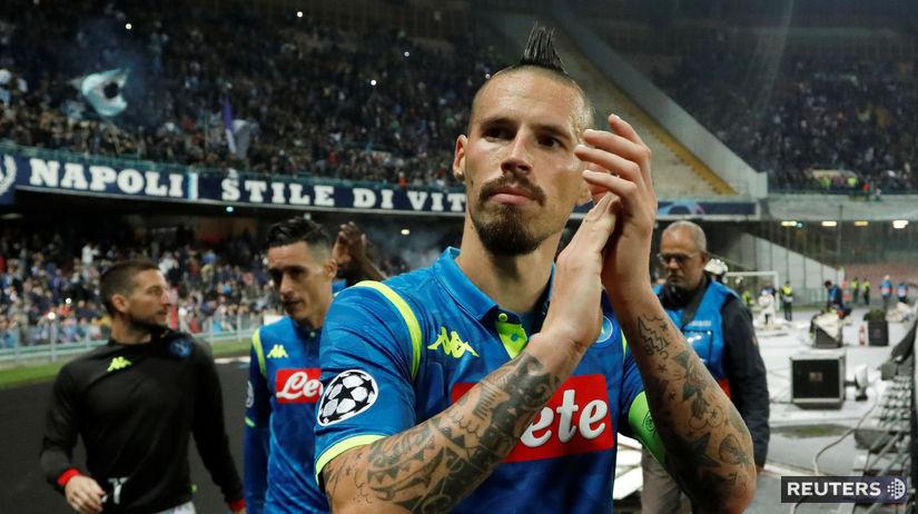 9a9c7e1539 Kapitán Neapola Marek Hamšík ďakuje fanúšikom po zápase Ligy majstrov.  Autor  Reuters