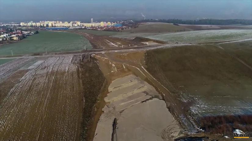 VIDEO  Výstavba diaľnice pri Žiline sa komplikuje. Pozrite si nové zábery -  Ekonomika - Správy - Pravda.sk d2d43d2745e