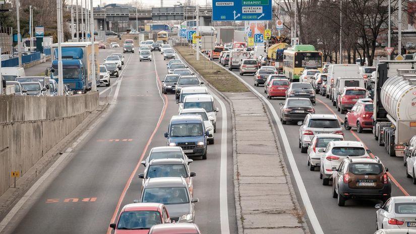5fbe78cbf Kocúrkovo v Bratislave. Mesto upchali nové buspruhy. Polícia povolala  helikoptéru - Ekonomika - Správy - Pravda.sk