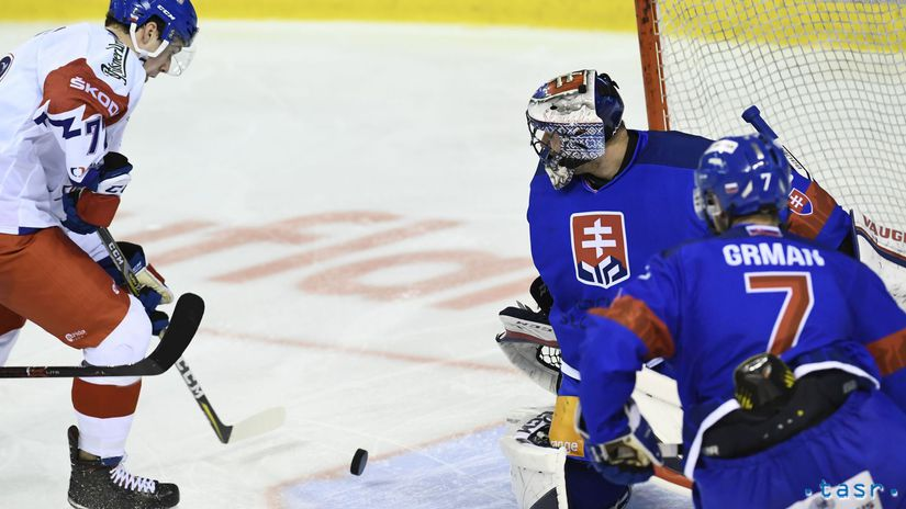 cc7783d3da70e 2:1 pre Česko. Filip Chytil druhýkrát prekonáva Júliusa Hudáčka. Autor:  TASR, Radovan Stoklasa