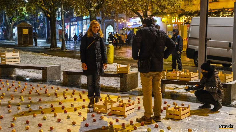Protest za odchod Kollára. Hlina poslal na námestie tisíce jabĺk - Domáce - Správy - Pravda.sk