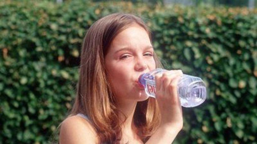 Dievča s vodou (ilustračné foto).