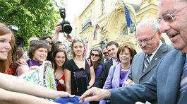 Prezidenti Slovenska a Rakúska Ivan Gašparovič (vľavo) a Heinz Fischer načreli do peňaženiek, presvedčili ich maturantky z Gymnázia na Metodovej ulici.