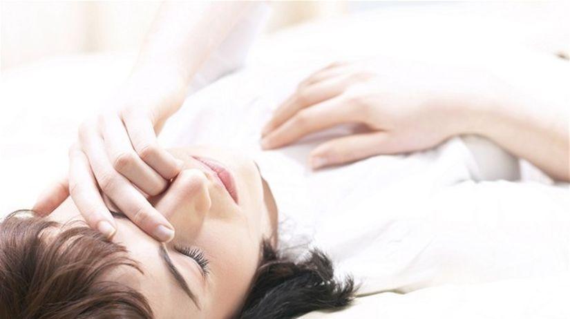 viróza - bolesť hlavy - nádcha - únava - žena -...
