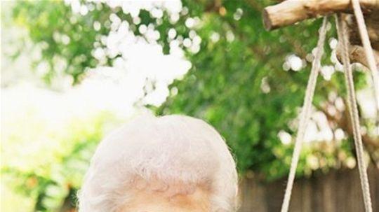 stará žena - staroba - radosť - relax - záhradka - úsmev