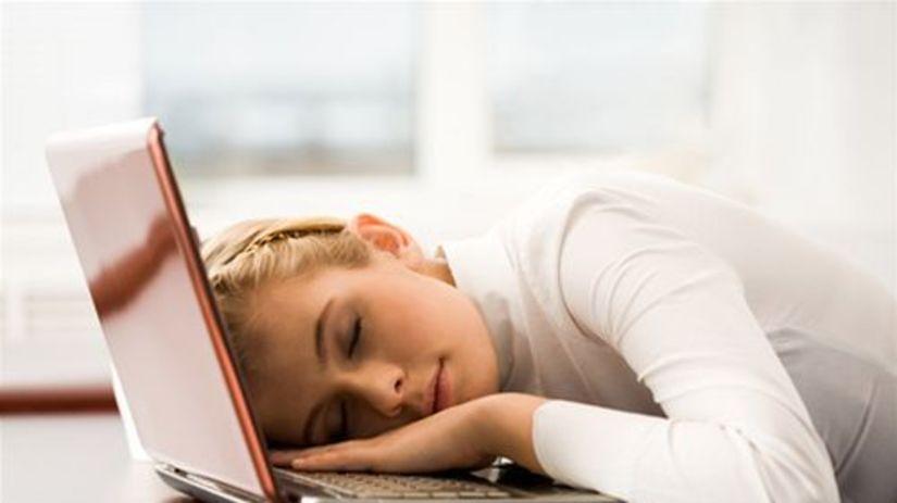 únava - žena spiaca na klávesnici počítača