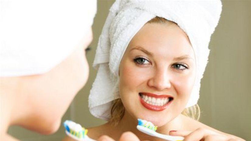 žena - umývanie zubov