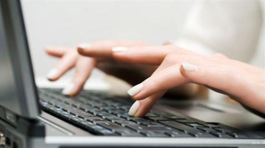 počítač - ruky na klávesnici