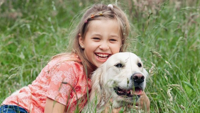dieťa a pes, dievčatko, dievča