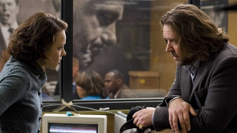 Russell Crowe stvárňuje novinára Cala...