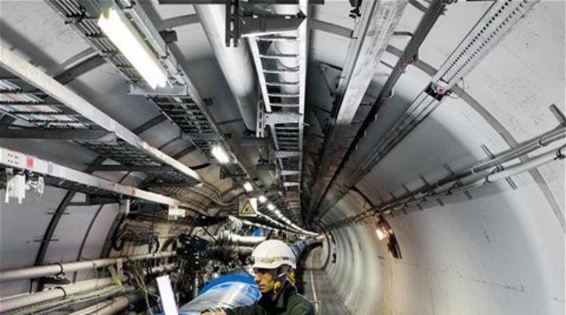 Výskumník z CERN-u, urýchľovač
