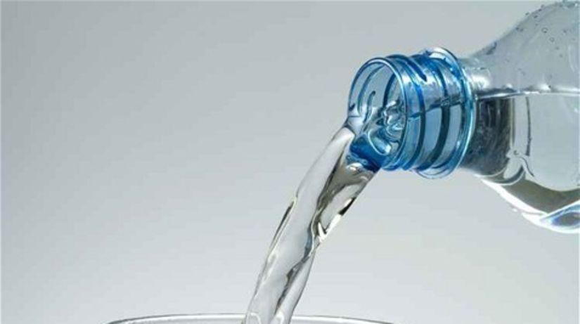 balená voda - fľaša  a pohár
