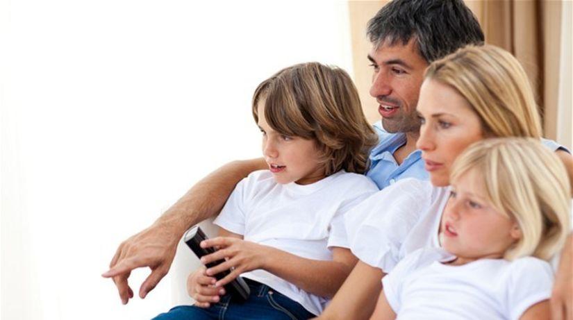 pozeranie televízie - rodina - ovládač - relax