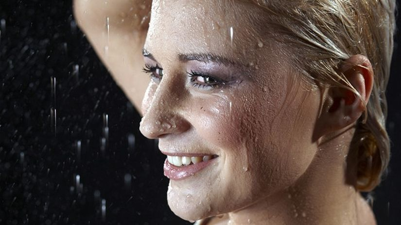 mokré vlasy - žena - úsmev - voda