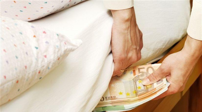 úspory, matrac, posteľ, vankúš, euro, peniaze