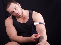 šport, kulturistika, anaboliká, doping, zakázané prostriedky, injekcia, žila