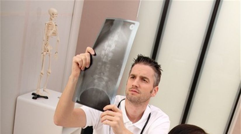 lekár - vyšetrenie - chrbtica - rontgenová snímka