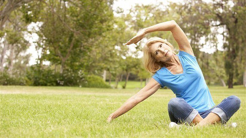 únik moču - žena - cvičenie - trávnik - voľný...