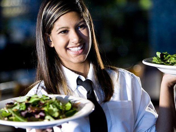 čašníčka, čašník, obsluha, reštaurácia, brigáda, servírka, jedlo, šalát