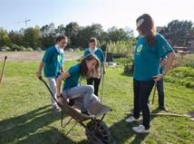 dobrovoľníci, deti, pomoc,fúrik, zábava