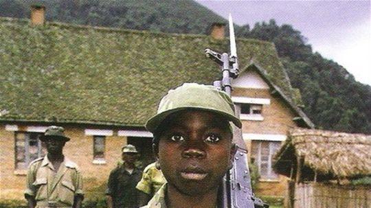 V Afrike, Latinskej Amerike a Ázii verbovacie komandá prijímajú do armády aj deti, dievčatá a chlapcov, vo veku 8 až 18 rokov.