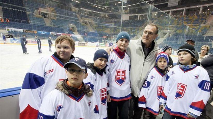 Malí hokejisti s trénerom Jánom Filcom