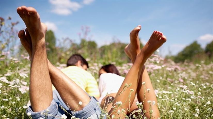 kŕčové žily - nohy - párik - tráva - leto -...