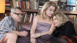 Miloš Forman, Catherine Deneuvová a Ludivine Sagnierová vo filme Milovaní. V snímke, ktorá bude záverečným filmom tohtoročného festivalu, si zahrala aj Zuzana Kronerová.