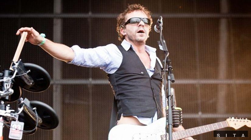 Spevák a gitarista skupiny Deus Tom Barman...