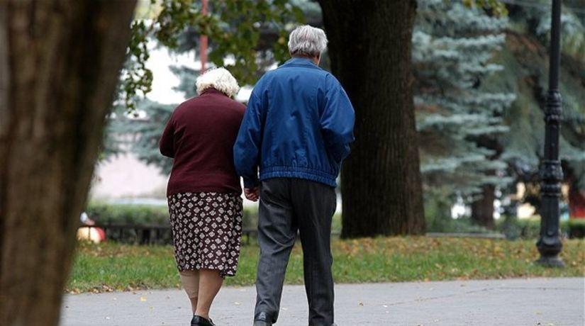 dôchodcovia, penzisti, manželia, prechádzka, jeseň