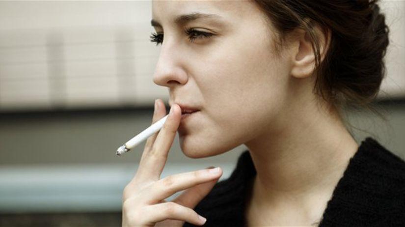 fajčenie - mladá žena - nikotín - cigareta
